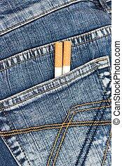 bolso, cigarros, calças brim, dois