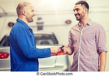 bolt, szerelő, odaad, autó kulcs, autó, ember