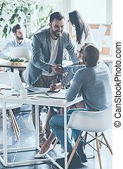 bom, job!, dois, alegre, homens negócios, apertar mão, enquanto, sendo, em, escritório, junto, com, seu, colegas