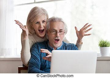 bom, par, laptop, olhar, notícia, sênior, excitado, surpreendido