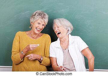 bom, piada, dois, compartilhar, mulheres sêniors