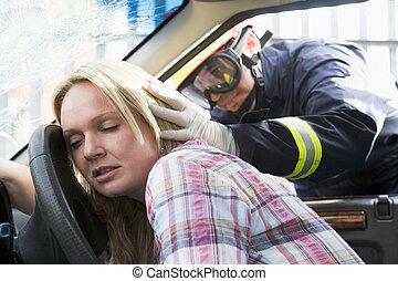 bombeiros, ajudando, um, mulher ferida, um carro