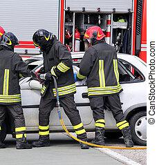 bombeiros, aliviar, um, ferido, após, um, acidente estrada