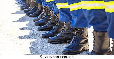 bombeiros, em, seu, uniformes, ficando fila