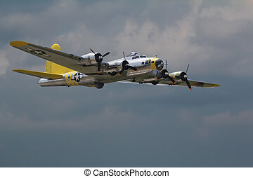 Bomber - Boeing B-17 Flying Fortress fly by