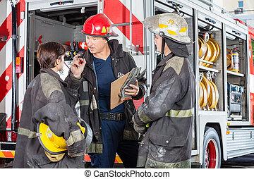 bombero, colegas, discutir, camión, contra