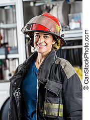 bombero, contra, feliz, hembra, firetruck, posición