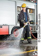 bombero, práctica, agua, rociar, piso, durante