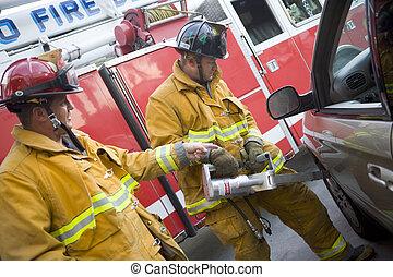 bomberos, corte, abierto, un, coche, para ayudar, un, persona dañada