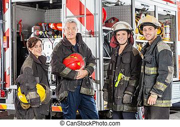 bomberos, feliz, camión, contra, equipo