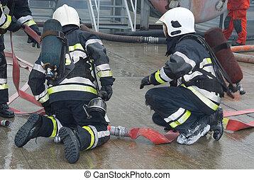 bomberos, mangueras, preparando