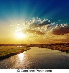 bon, coucher soleil, à, rayons, dans, nuages, sur, rivière