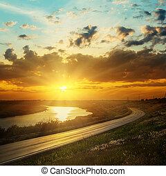 bon, coucher soleil, dans, nuages sombres, sur, rivière, et, route