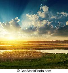 bon, coucher soleil nuages, sur, rivière