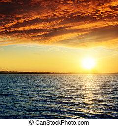 bon, coucher soleil rouge, sur, assombrir, eau