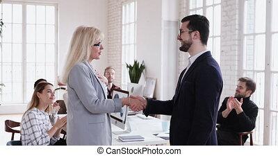 bon, poignée main, mûrir, employé, promouvoir, apprécier,...