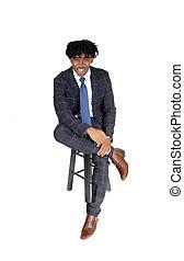 bon, séance, jeune regarder, costume noir, chaise, homme