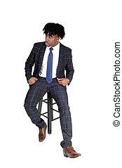 bon, séance, jeune regarder, noir, chaise, homme