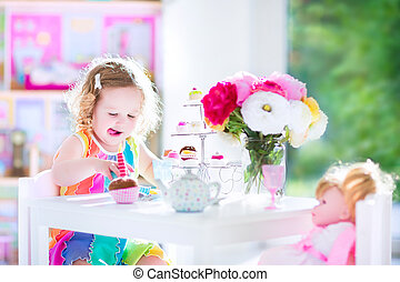 boneca, partido chá, menina, toddler, tocando