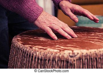bongo, mujer, viejo, jugar los tambores