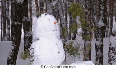 bonhomme de neige, debout, neige-couvert, pin, figure, arbres, noël, forêt