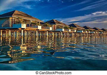 bonito, água, vilas, ligado, a, vibrante, azul, mar, durante, pôr do sol