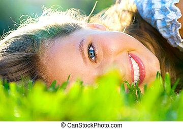 bonito, adolescente, ao ar livre, verde, menina, capim, mentindo