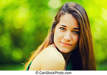 bonito, adolescente, sorrindo, em, um, experiência verde