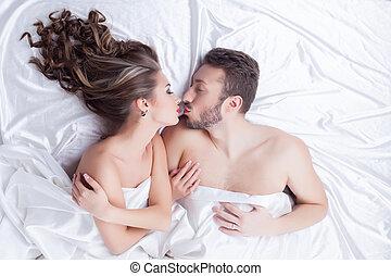 bonito, amantes, beijando, enquanto, mentindo cama