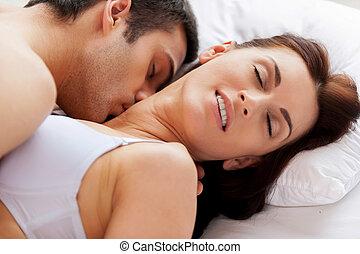 bonito, amor, ele, par, jovem, cama, sexo, enquanto, beijando, me!, tendo, mentindo, amando