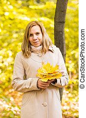 bonito, andar, mulher, jovem, outono, ao ar livre, retrato