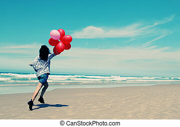bonito, andar, mulher, litoral, segurando, balões, vermelho