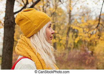 bonito, andar, mulher, outono, parque, jovem, ao ar livre