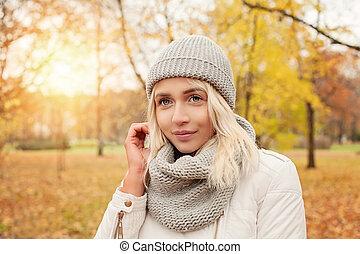 bonito, andar, mulher, outono, parque, outono, experiência., ao ar livre, menina