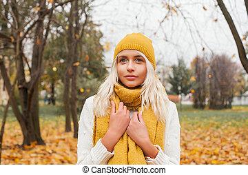 bonito, andar, mulher, outono, parque, outono, fundo, ao ar livre