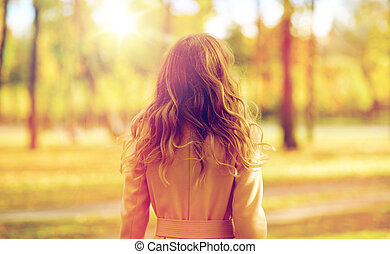bonito, andar, mulher, parque, jovem, outono
