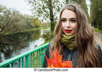 bonito, andar, mulher, parque, outono, ao ar livre