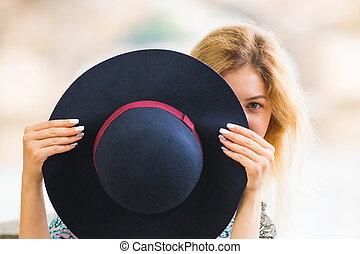 bonito, ao ar livre, na moda, retrato, menina, chapéu, tocando