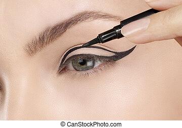 bonito, aplicando, eyeliner, closeup, olho, modelo