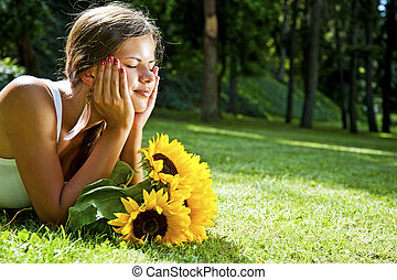 bonito, apreciar, mulher, prado, natureza, jovem, flowers., mentindo