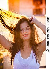 bonito, apreciar, mulher, verão, jovem, pôr do sol, retrato, sorrindo