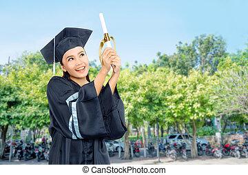 bonito, asiático, estudante, menina, comemorar, dela, graduação, com, boné, e, diploma, scroll