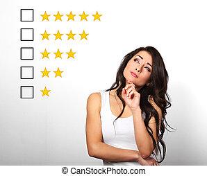bonito, avaliação, amarela, rewiew., voto, olhar, pensando, aumento, experiência., dúvida, dedo, online, branca, classificação, mulher, estrela, sob, cinco, cima, rosto, sério, avaliação