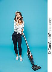 bonito, azul, 20s, cheio, tarefas domésticas, falando, móvel, sobre, chão, isolado, vacuuming, jovem, telefone, enquanto, mulher, fundo, retrato, comprimento