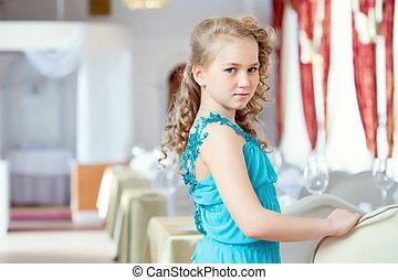 bonito, azul, cacheados, elegante, posar, menina, vestido