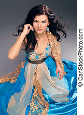 bonito, azul, chão, sentando, indianas, menina, vestido