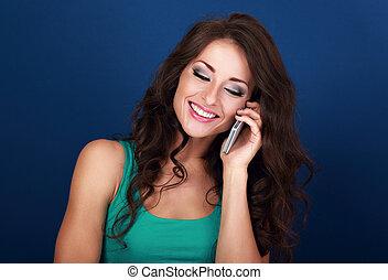 bonito, azul, estilo, mulher, cacheados, falando, móvel, maquilagem, cabelo, telefone, luminoso, experiência., sorrindo, largo