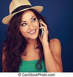 bonito, azul, mulher, cacheados, falando, móvel, closeup, maquilagem, cabelo, telefone, luminoso, verão, experiência., retrato, chapéu, style., toned