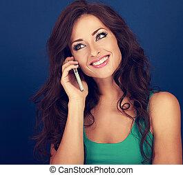 bonito, azul, mulher, cacheados, falando, móvel, maquilagem, cabelo, telefone, luminoso, closeup, experiência., retrato, style., toned