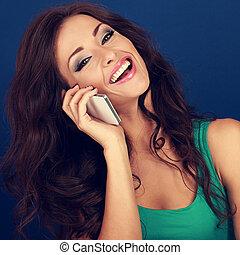 bonito, azul, mulher, cacheados, telefone, móvel, maquilagem, cabelo, experiência., luminoso, closeup, rir, retrato, falando, style.